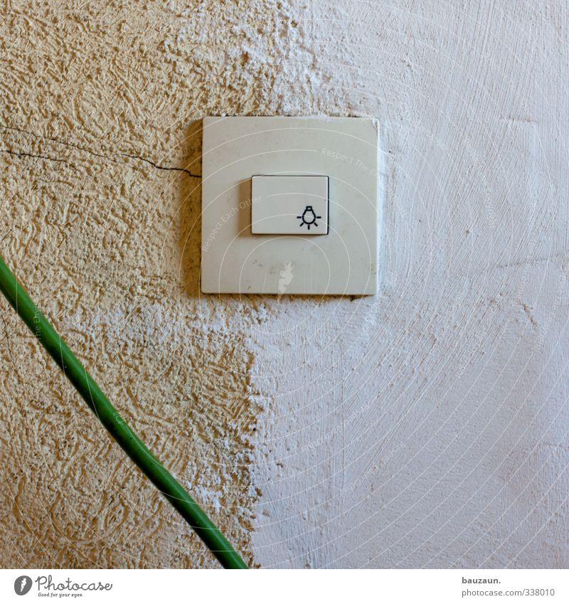grünes licht. weiß gelb Wand Mauer Stein Lampe Energiewirtschaft Schilder & Markierungen leuchten Häusliches Leben trist Hinweisschild einfach