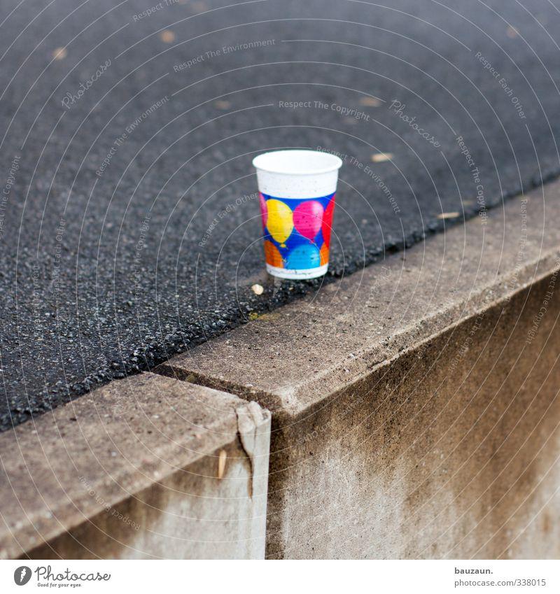 regenparty. Freude Straße Wand Wege & Pfade Mauer grau Feste & Feiern Party trist Glas Ernährung Beton Getränk Kunststoff Veranstaltung Geschirr