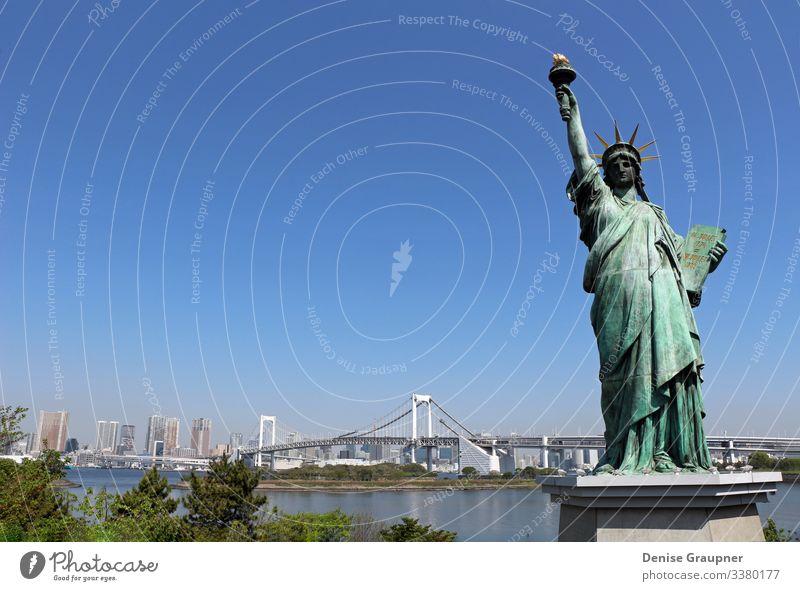 Statue of Liberty and the Rainbow Bridge in Odaiba, Tokyo Ferien & Urlaub & Reisen Tourismus Ferne Freiheit Sightseeing Städtereise Sommer Mensch Schönes Wetter