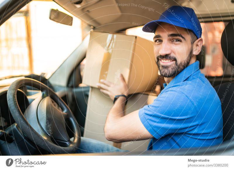 Lieferwagen fahrender Mann mit Kartons auf dem Sitz. männlich Dienst Paket Versand Spedition Industrie Arbeit senden Büro Nahaufnahme logistisch Verbraucher