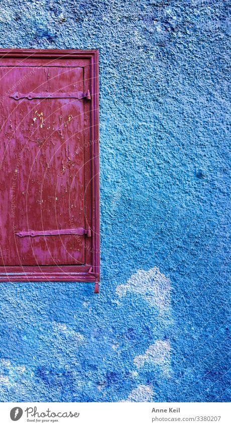 Farbe mit Luke und Wand Altstadt Haus Mauer Fassade blau mehrfarbig rosa rot Farbfoto Außenaufnahme Menschenleer Tag Zentralperspektive Vorderansicht