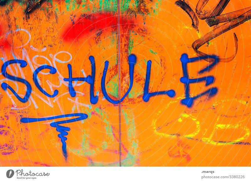 SCHULE Bildung Schule lernen Schriftzeichen Kommunizieren Nahaufnahme Wand Schulkind Schulalltag orange Graffiti Schmiererei blau