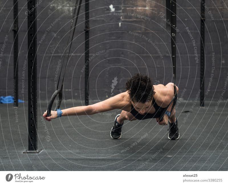 Übende Frau mit Turnringen in der Hand Athlet Körper Boxer Übung erschöpft passen Fitness Fitnessstudio gymnastisch Gesundheit Lifestyle Model muskulös eine