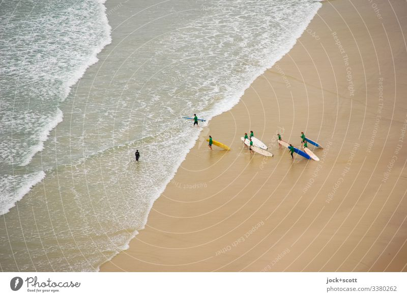 Surfer laufen zusammen entgegen der Brandung ins Meer hinein Pazifik Wellen Küste Ferien & Urlaub & Reisen Vogelperspektive Sonnenlicht Strandleben