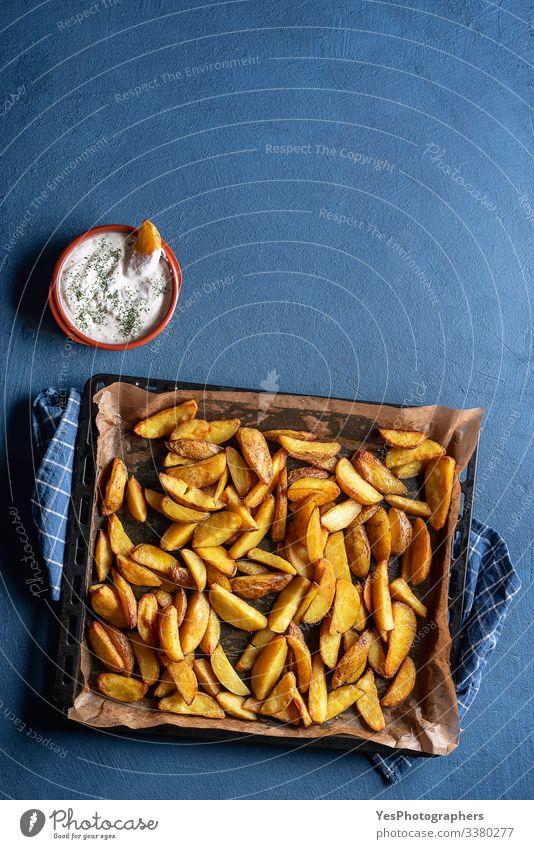 Lebensmittel Gemüse Abendessen Fastfood lecker gold obere Ansicht amerikanische Pommes frites Ofenkartoffel gebackene Keile blauer Tisch knusprige Pommes frites