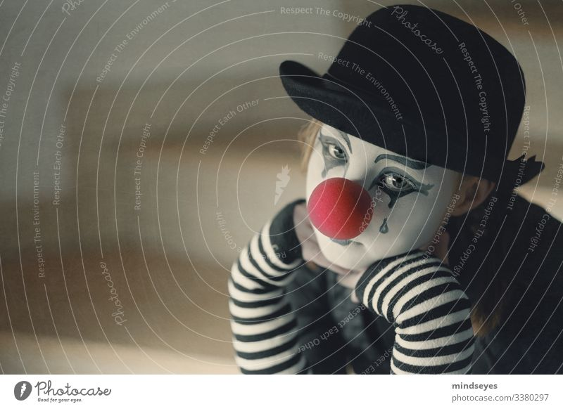 Die Tränen des Clowns fasching tränen Traurig Trauriger Clown Hütte schwarz gestreift Clownnase Routine Schminke Melancholie Trauerflieger nachdenklich gedanken