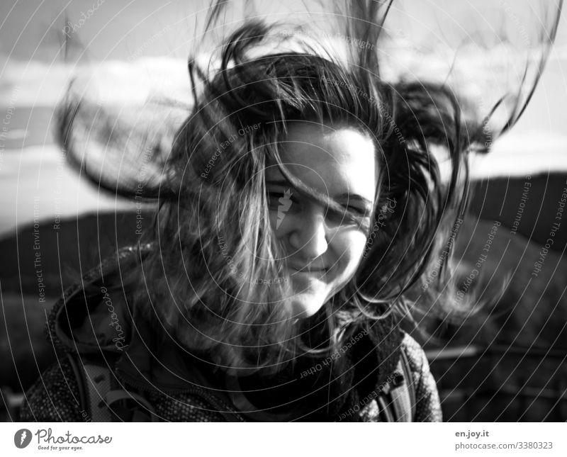huuuiiiii feminin Junge Frau Jugendliche Erwachsene 18-30 Jahre Wind Sturm Schal Haare & Frisuren brünett langhaarig Lächeln Fröhlichkeit schön wild Freude