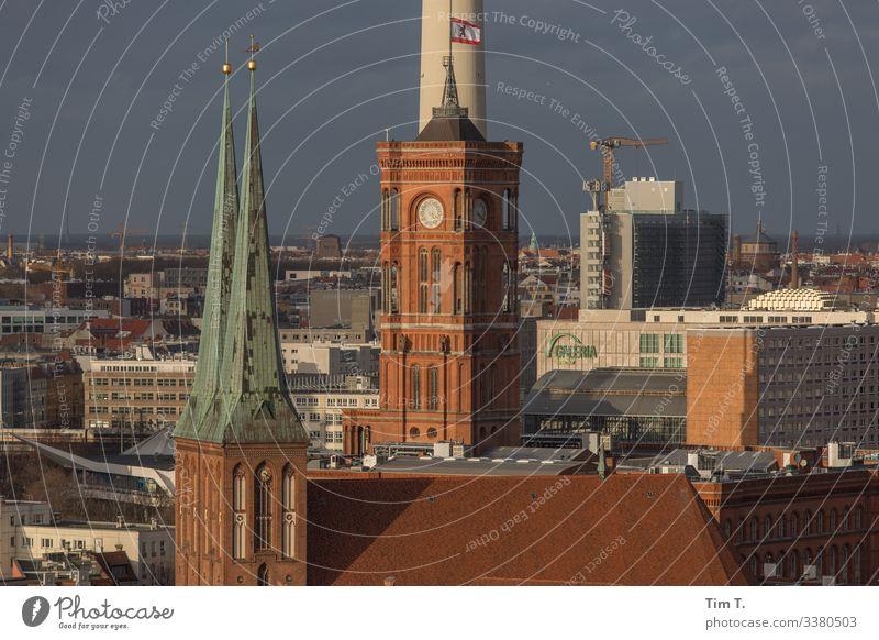 Berlin-Mitte Stadt Hauptstadt Stadtzentrum Altstadt Skyline Menschenleer Haus Hochhaus Kirche Rathaus Dach Rotes Rathaus Farbfoto Außenaufnahme Tag Abend