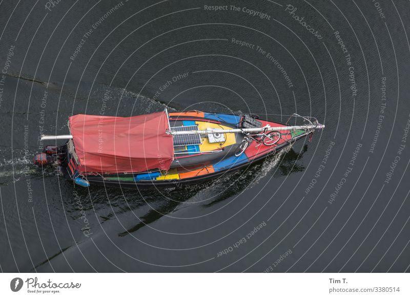 Berlin Mitte Schiff Spree Boot city Berlin-Mitte Hauptstadt Menschenleer Stadt Stadtzentrum Außenaufnahme Farbfoto Tourismus Fluss fischerinsel Segelboot