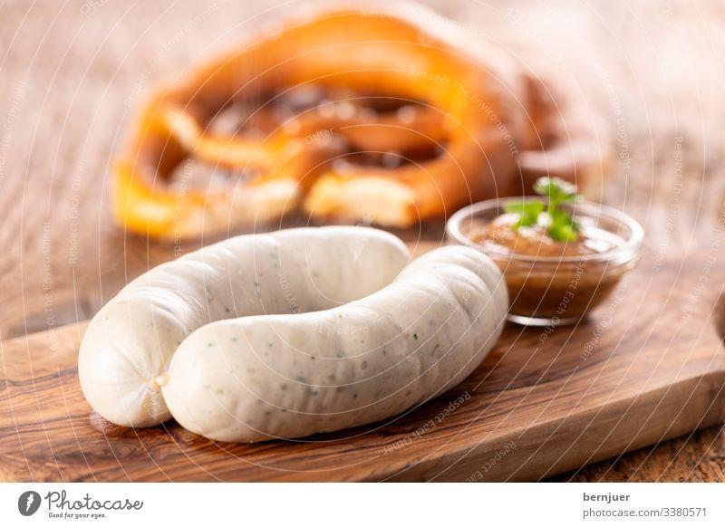 Fleisch Wurstwaren Frühstück Mittagessen Bier Becher Oktoberfest Holz frisch heiß weiß Weißwurst Bayern Schiffsplanken Portion paar zwei europäisch rustikal