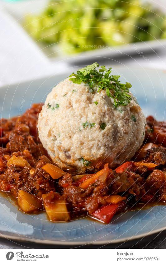 Fleisch Gemüse Brot Suppe Eintopf Kräuter & Gewürze Abendessen Schalen & Schüsseln Löffel Tisch heiß lecker braun Gulasch Knödel Salat Wein Glas Petersilie