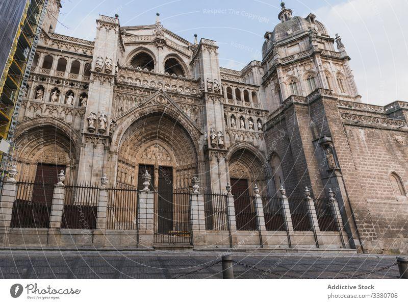 Fassade der alten gotischen Steinkathedrale Architektur Kathedrale historisch Gebäude antik mittelalterlich Großstadt Kultur Außenseite Stadt reisen Tourismus