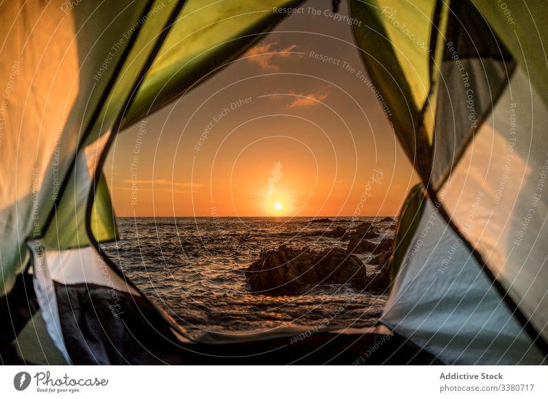 Blick vom Zelt auf den farbenprächtigen Sonnenuntergang über dem Meer Meeresufer Himmel reisen Tourismus Ausflug majestätisch Harmonie farbenfroh hell