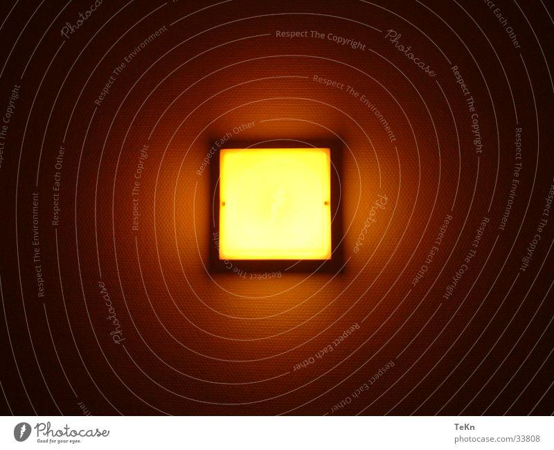 FlurLichT gelb Lampe dunkel Wärme hell Sicherheit Häusliches Leben Quadrat Textfreiraum Lichtschein Warmes Licht Licht im Dunkeln Gangbeleuchtung