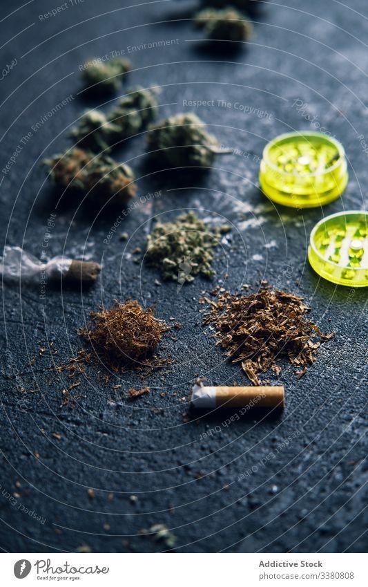 Marihuana-Knospen und Zigarette zur Herstellung von Joint Blütenknospen Gelenk rollendes Papier Grunge Medikament Cannabis Tabak Unkraut Rauch Kräuterbuch