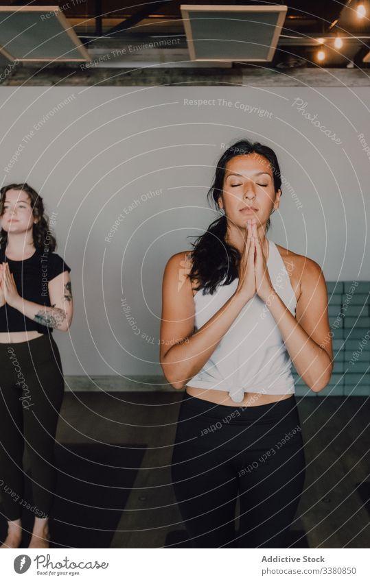Barfüßige Frauen, die Yoga in Berg-Pose praktizieren Meditation üben Namaste sich[Akk] entspannen Klasse Training Windstille Fokus Menschen samasthiti sportlich