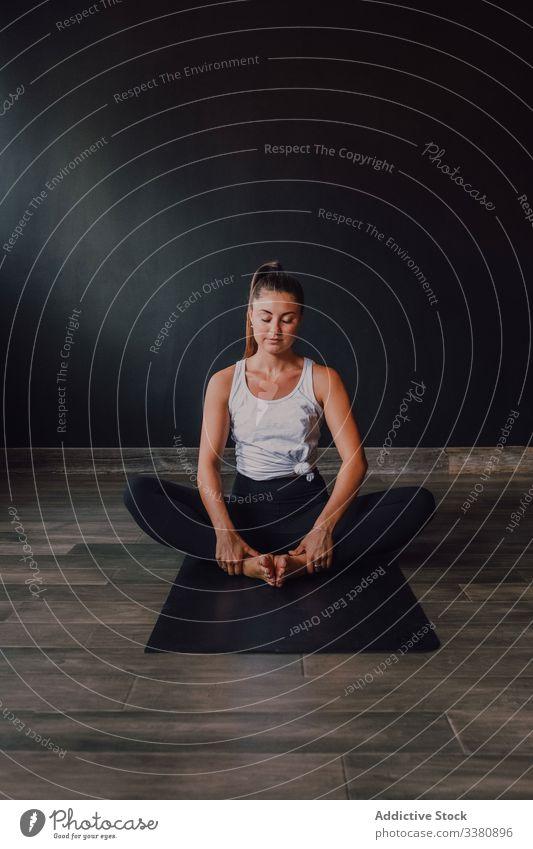 Passende Sportlerin in gebundener Winkelhaltung Yoga Übung beweglich Fitness Training üben Janu Sirsasana Dehnung passen Stock Fitnessstudio Unterlage