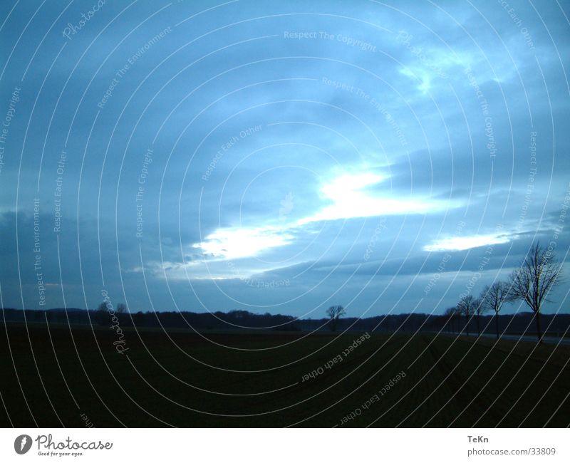 Spätherbst Baum blau Wolken dunkel Herbst Feld Erde bedecken schlechtes Wetter