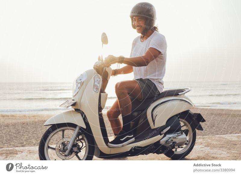 Fröhlicher Biker am Sandstrand Mann Fahrrad Strand Glück aktiv Lächeln MEER Sommer Mitfahrgelegenheit Tretroller Motorrad männlich Freiheit reisen Reise