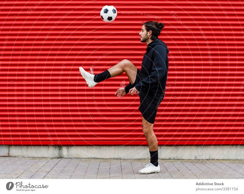Mann spielt Fussball auf der Strasse Fußball Ball Training Finte Kick spielen Sport Aktivität Spiel männlich Energie Straße urban Bewegung Gesundheit Lifestyle