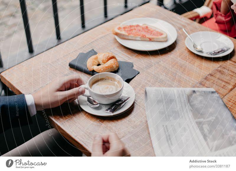 Ehepaar trinkt Kaffee im Café Paar Frühstück Zusammensein romantisch Tisch Tasse trinken Zeitung Morgen sich[Akk] entspannen ruhen Kantine lässig Sitzung