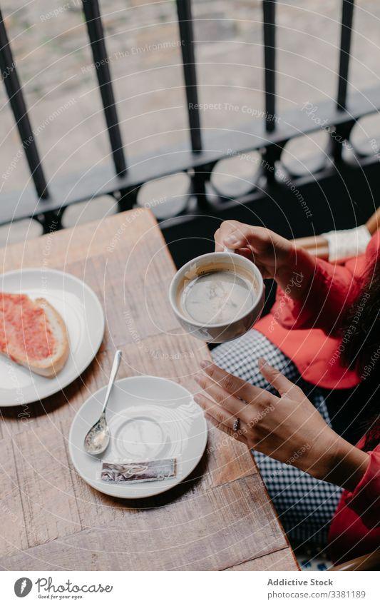 Frau trinkt Kaffee im Café Frühstück Tisch Tasse trinken Zeitung Morgen sich[Akk] entspannen ruhen Kantine lässig Lifestyle modern jung Getränk Lebensmittel