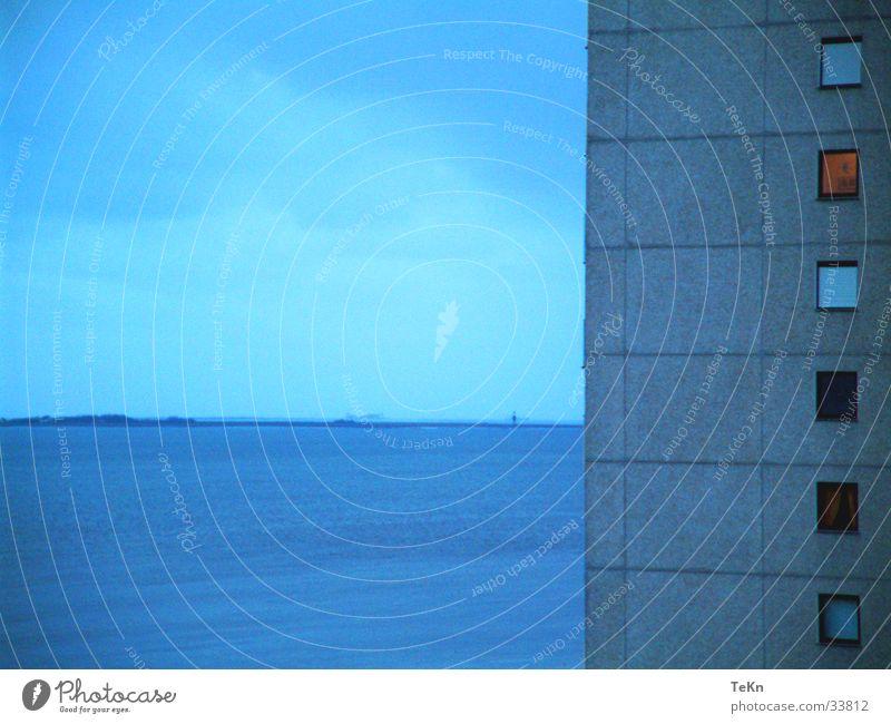 4-Eck Haus Meer grau Hochhaus Küste Beton Rechteck Fenster Fassade Architektur blau Himmel 4-eck Wasser