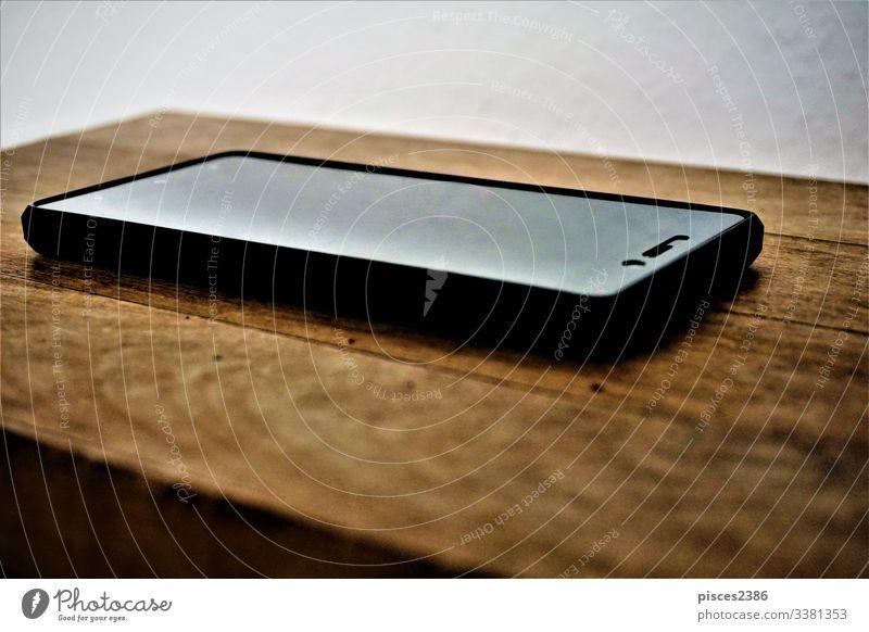 Smartphone auf Holztisch Hintergrund schwarz Business Funktelefon Nahaufnahme Mitteilung Mitteilungen Computer Gerät elektronisch weltweit Ikon Ikonen
