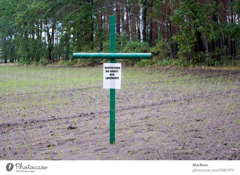 Arbeit & Erwerbstätigkeit Landwirtschaft Forstwirtschaft Feld Denkmal Respekt protestieren Aktion Artenschutz Obstbau Ackerbau Ackerboden Kreuz grün