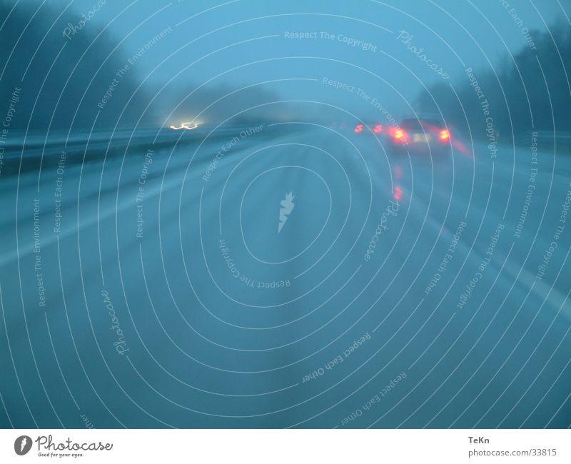 Deutsche Autobahn nass Geschwindigkeit trist Nebel Rücklicht Verkehr Regen Straße PKW