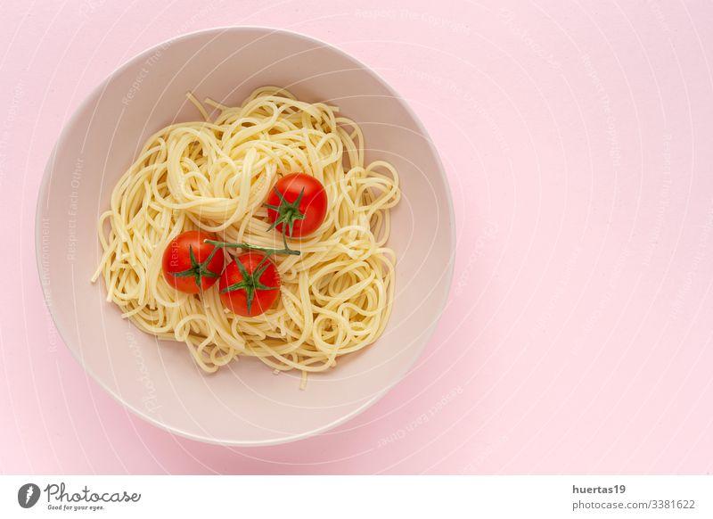 Lebensmittel Kräuter & Gewürze Ernährung Mittagessen Abendessen Italienische Küche Teller Gabel Lifestyle Blatt lecker rosa rot weiß Tradition Spaghetti Tomate