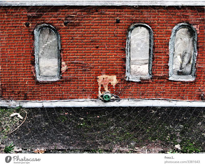 Steckdose Menschenleer Haus Einfamilienhaus Traumhaus Hütte Fassade Fenster alt Gardine dreckig Täuschung Farbfoto Außenaufnahme Textfreiraum unten Tag