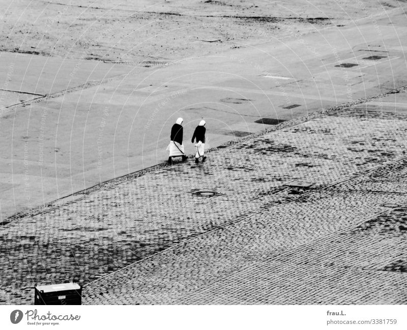 Missionarinnen Frau Erwachsene 2 Mensch gehen Mitgefühl Nonne Sari Tracht MutterTheresa Haus Platz Glaube Glaubensfeldzug Schwarzweißfoto Außenaufnahme Tag
