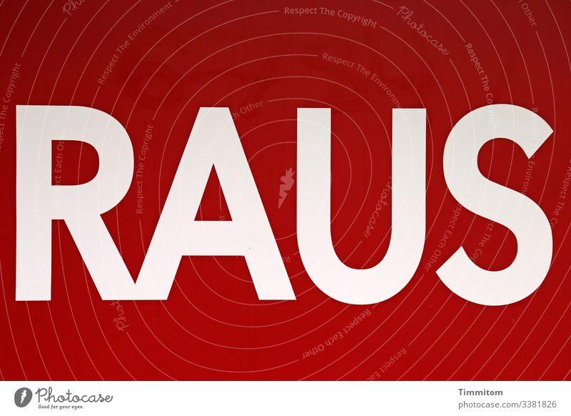 Das Wort RAUS - weiße Schrift auf rotem Untergrund Werbebranche Schilder & Markierungen Plakat Etikett Kunststoff Schriftzeichen Linie ästhetisch Gefühle