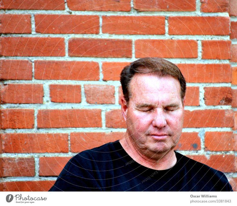 Mann Erwachsene Mensch schlafen Außenaufnahme lässig Freizeit & Hobby Lifestyle Backstein Wand rot