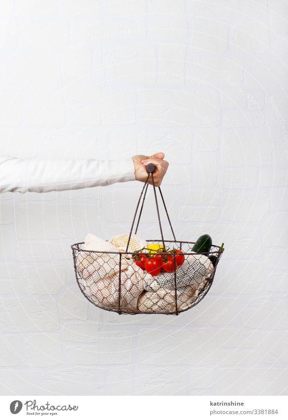 Lebensmittel Gemüse Lifestyle kaufen Frau Erwachsene Hand Umwelt Kunststoff frei natürlich weiß keine Verschwendung Textiltasche Korb Entwurf aufbewahren