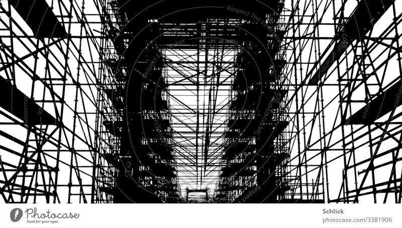 Fotografik Baugerüst an einer Brücke in schwarzweiß Schwarzweißfoto karte Kontraste hoher Kontrast Skelett grafisch Grafische Darstellung Gerüst Gerüstbauer