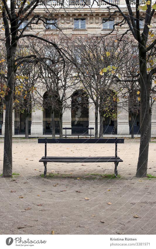 parkbank Baum Garten Park Hauptstadt Gebäude sitzen ruhig Parkbank Bank Holzbank jardin du palais royal Palais Royal Arkaden Loggia Architektur historisch Paris