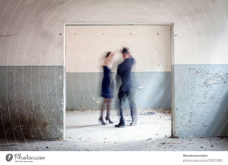 Geisterstunde Menschen Mann Frau Paar tanzen Tanz Zimmer Raum alt Vintage Erinnerung Zeit surreal Schemen Silhouette wohnen renovieren Kleid Anzug Hut seltsam