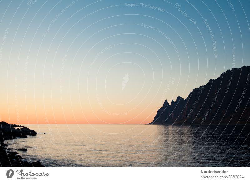 Ein Abend auf Senja Insel Meer Strand Wasser Berg Felsen Sonnenuntergang Outdoor Camping Freiheit Abenteuer frei Silhouette Erholung Ferien Urlaub Stille