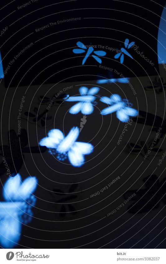 Photochallenge I Libellen, fliegen und liegen, im blauen Licht, als Lichterscheinung und Figuren. Ausgeschnitten aus Tonpapier. Lichtpunkt Tanzen witzig dunkel