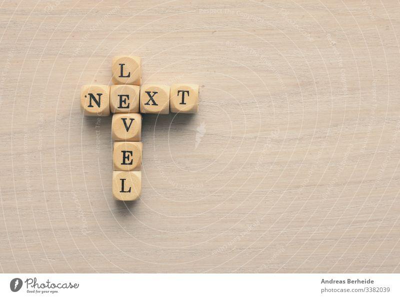 Nächste Stufe auf kleinen Holzblöcken Nachricht Ziel Anleitung Verlauf Herausforderung Zukunft Verbesserung weiter Niveau Wachstum Laufmasche Weg Idee Tor