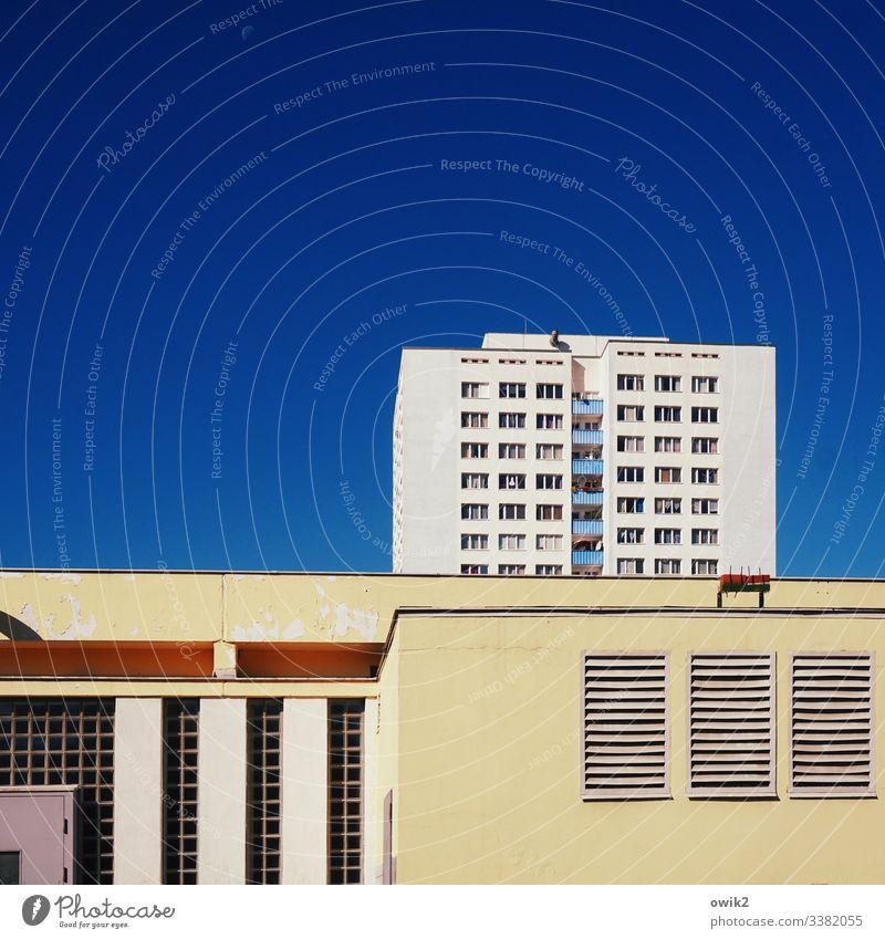 Hauptstadt der DDR Berlin Hohenschönhausen Wohnblock Plattenbau Himmel wolkenlos blau Textfreiraum oben Fenster Fassade Belüftung unpersönlich streng abweisend