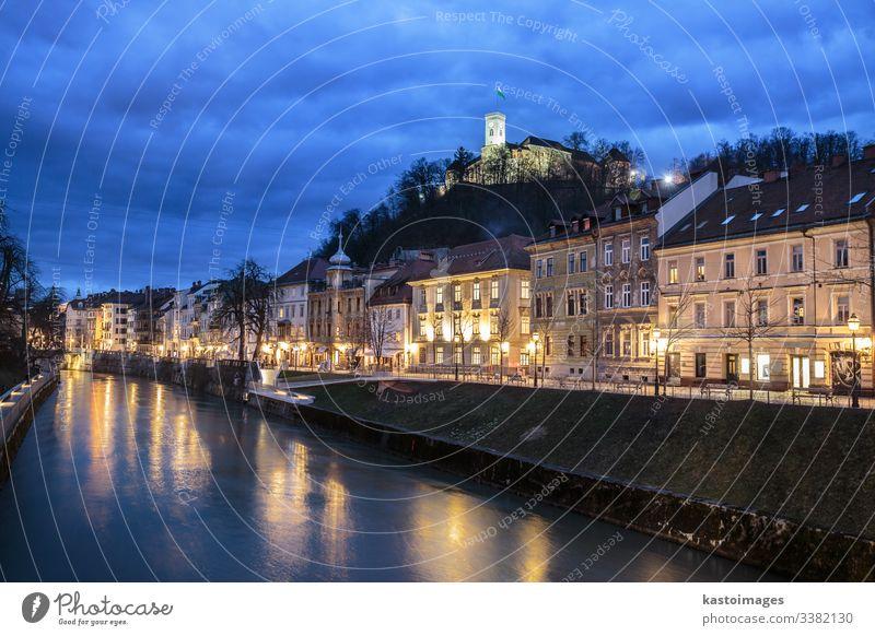 Abendpanorama des Flussufers von Ljubljana, Slowenien. Architektur blau Brücke Kapital Burg oder Schloss Zentrum Großstadt dunkel Abenddämmerung Europa Europäer