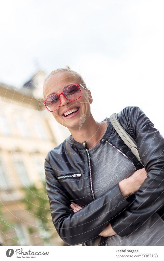 Modische Frau lacht laut im Freien. Porträt Lächeln Straße urban Glück Mädchen Menschen Person hübsch Mode Kaukasier Dame schön attraktiv jung niedlich
