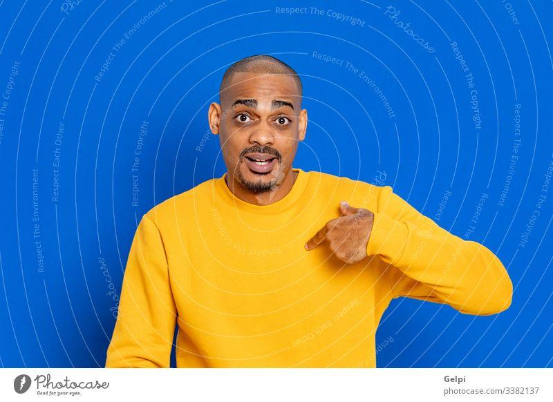 Afrikaner mit gelbem Trikot schwarz Typ blau Punkt zeigen mich wählen hindeutend Finger Auswahl Inserat Anzeige Textfreiraum Hand Zeichen Erwachsener Menschen