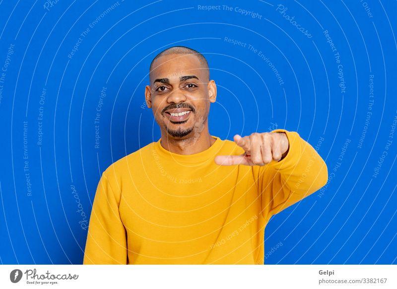 Afrikaner mit gelbem Trikot schwarz Typ blau Hand du Zeigen anschuldigen Lachen zeigen auswählend Auswahl Finger Erwachsener Menschen Person Afrikanisch