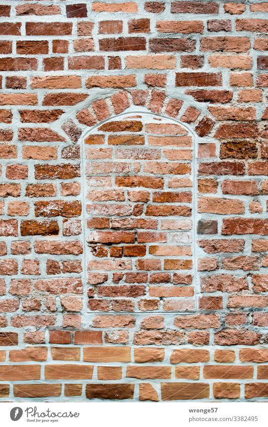 Backsteinmauer mit zugemauerter Fensteröffnung Mauer Ziegelmauer Ziegelmauerwerk vermauert Wand Außenaufnahme Farbfoto Menschenleer Fassade Haus alt Gebäude
