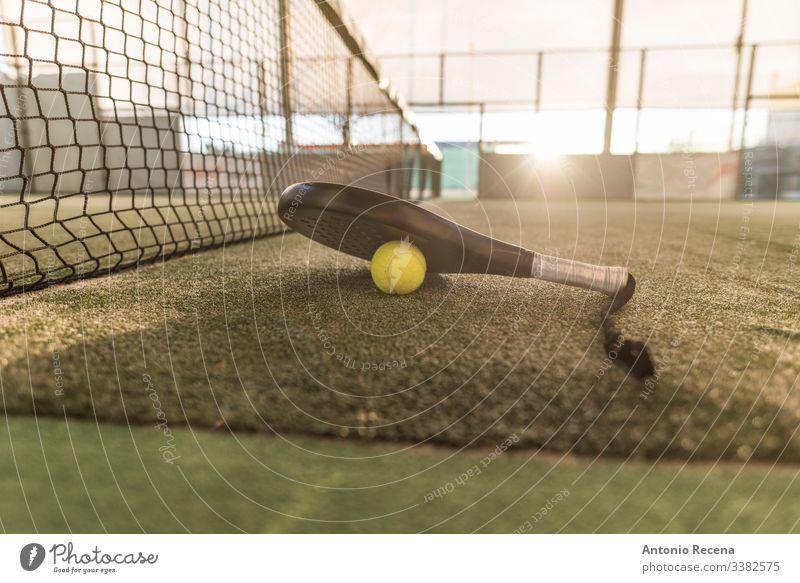 Paddle-Tennis-Image von Platz, Schläger, Netz und Ball Padel Paddeltennis Sport Remmidemmi Paddel-Tennis pádel Sonnenuntergang Gericht Tennisball im Freien