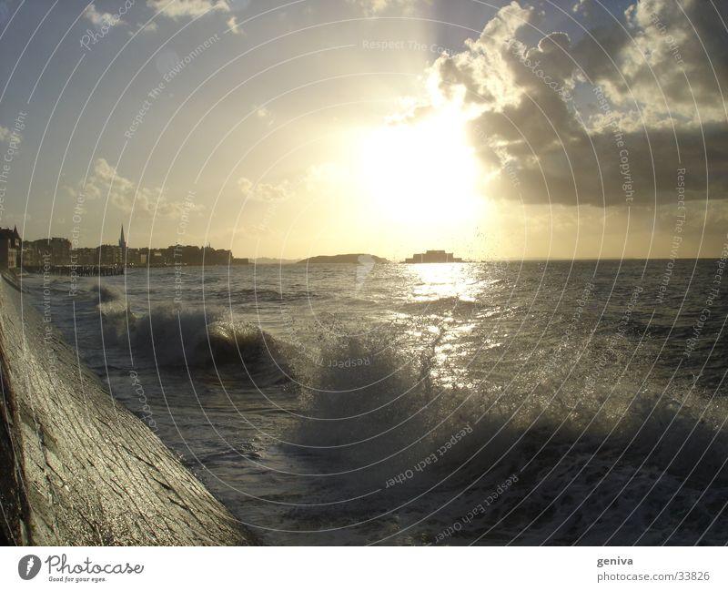 Bewegtes Wasser Sonne Meer Wolken Frankreich Bretagne Staint-Malo